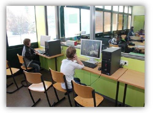 Lernbüro mit je zwei Computern